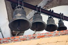 Vier alte Bell auf dem alten orthodoxen Glockenturm Lizenzfreie Stockbilder