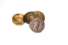 Vier antieke muntstukken met portretten van keizers op een witte achtergrond stock fotografie