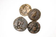 Vier antieke muntstukken op een witte achtergrond stock foto