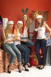 Vier anziehende Mädchen, die das Weihnachten fördern Stockbilder