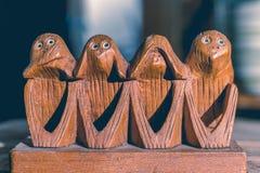 Vier apen horen, zien, spreken en doen geen kwaad Stock Foto's