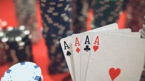 Vier Asse auf Pokerchips Pokertabelle mit Chips stock video