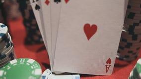 Vier Asse auf Pokerchips Pokertabelle mit Chips stock footage