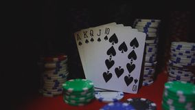 Vier Asse auf Pokerchips Pokertabelle mit Chips stock video footage