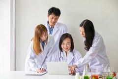 Vier Aziatische medische arbeiders Portret van Aziatische arts Chemici die in het laboratorium doen jonge wetenschappers met binn royalty-vrije stock foto