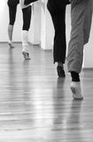 Vier ballerina's die zich op één voet bevinden Royalty-vrije Stock Fotografie