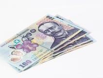 Vier Banknoten wert 100 rumänische Leu lokalisiert auf einem weißen Hintergrund Lizenzfreie Stockfotos