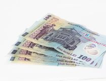 Vier Banknoten wert 100 rumänische Leu lokalisiert auf einem weißen Hintergrund Stockbild