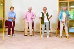 Vier bejaarde wijfjes die met riet uitoefenen royalty-vrije stock afbeelding