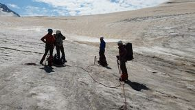 Vier Bergsteiger, die mit Eisäxten in Georia-Bergen im Sommer in SlomO stehen stock video