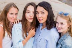 Vier beste Freundinnen, die zusammen Kamera betrachten Leute, Lebensstil, Freundschaft, Berufungskonzept lizenzfreies stockfoto