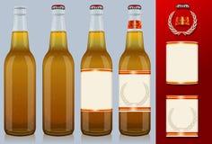 Vier Bierflaschen mit Kennsatz Stockfoto