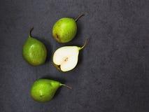 Vier Birnen auf grauem Hintergrund lizenzfreies stockfoto