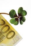 Vier-Blätter getriebener Klee auf Banknote des Euros 200, Nahaufnahme Lizenzfreie Stockbilder
