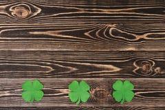 Vier bladklavers op houten achtergrond Royalty-vrije Stock Foto's