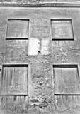 Vier blinde Fenster mit einer Reflexion Stockfoto