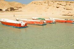 Vier Boote auf dem Strand Stockbilder