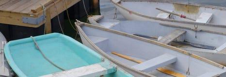 Vier Boote am Dock Stockbilder