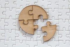 4 vier braune Stücke des Puzzlespiels auf einem weißen zackigen Hintergrund, letztes Stück des Puzzlen, zum des Auftrags, Geschäf stockbilder