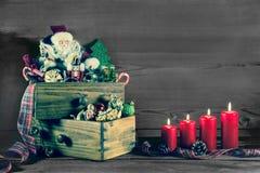 Vier brennende Weihnachts-Kerzen mit Sankt für Weihnachten-decorati Stockfotos
