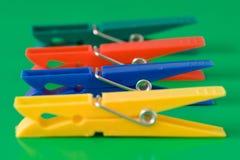 Vier bunte Clothespins stockfotos