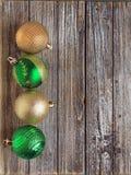 Vier bunte Grüne und Goldweihnachtsbälle stockfotografie
