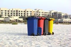 Vier bunte Papierkörbe auf Strand-Sand 21. Juli 2017 Stockfotos