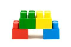 Vier bunte Plastikspielzeugziegelsteine stockfoto