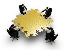 Vier businessmans, die Puzzlespiel bilding sind Lizenzfreie Stockfotografie