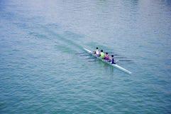 Vier canoeing Sportler, blauer Fluss lizenzfreie stockfotos