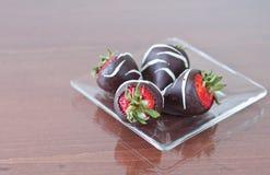 Vier chocolade behandelde aardbeien Royalty-vrije Stock Foto's