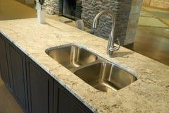 Évier de cuisine moderne avec le plan de travail de granit Photos stock