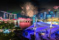 Vier de Nationale Dag van Singapore SG50 met vuurwerk en de laser toont Stock Fotografie
