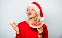 Vier de nieuwe jaarzomer De zomer behandelt op Kerstmispartij Exotisch Kerstmisconcept Het Kerstmismeisje eet watermeloen royalty-vrije stock foto's