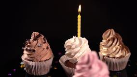 Vier decoratieve cupcakes voor een verjaardagspartij stock video