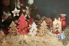 Vier dekorative hölzerne Weihnachtsbäume mit geschnitzten Buchstaben Weihnachten und Zartheit in Form von kleine Knochen für Haus stockfoto