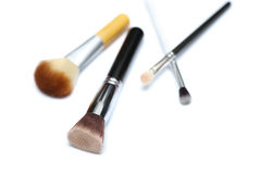 Vier die make-upborstels op witte achtergrond worden geïsoleerd stock afbeelding