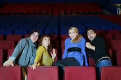 Vier doen schrikken vrienden zien film in bioskooptheater Stock Afbeelding