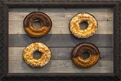Vier Donuts-Cakes in een Kader, Houten Achtergrond royalty-vrije stock foto's