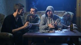 Vier drugverslaafden die cocaïne gebruiken binnen bij nacht stock videobeelden