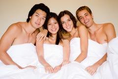 Vier in een Bed Stock Afbeeldingen