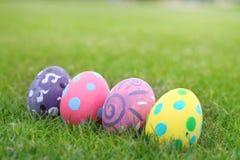 Vier eieren geschilderde pastelkleurlijn op de grasachtergrond Royalty-vrije Stock Fotografie