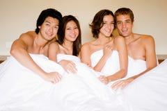 Vier in einem Bett Stockfotos