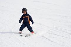 Vier Einjahres Kindskifahren alleine Stockbilder