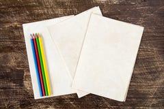 Vier Farbbleistifte auf Papierhintergrund stockbild