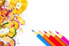 Vier farbige Bleistifte und Schnitzel Lizenzfreies Stockfoto