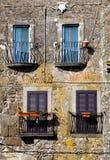 Vier farbige Fenster mit Balkon Alte italienische Weinleseart Stockfotos