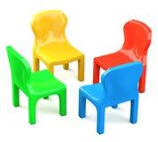 Vier farbige Karikatur-angeredete Stühle Stockfoto