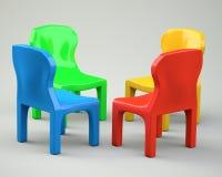 Vier farbige Karikatur-angeredete Stühle Stockbild