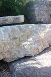 Vier Felsen-Platten in einem Garten Stockbild